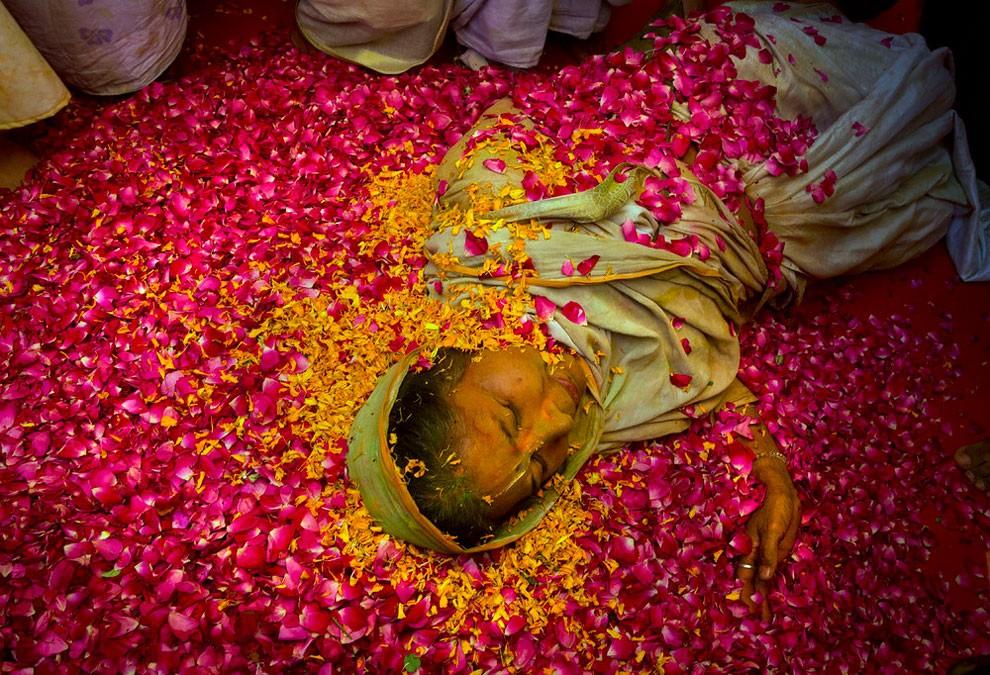 donne-vedove-india-holi-festival-colori-fotografia-07