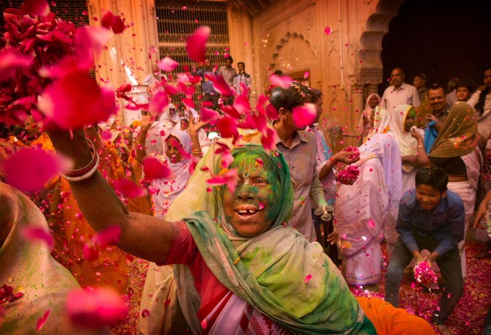 donne-vedove-india-holi-festival-colori-fotografia-08