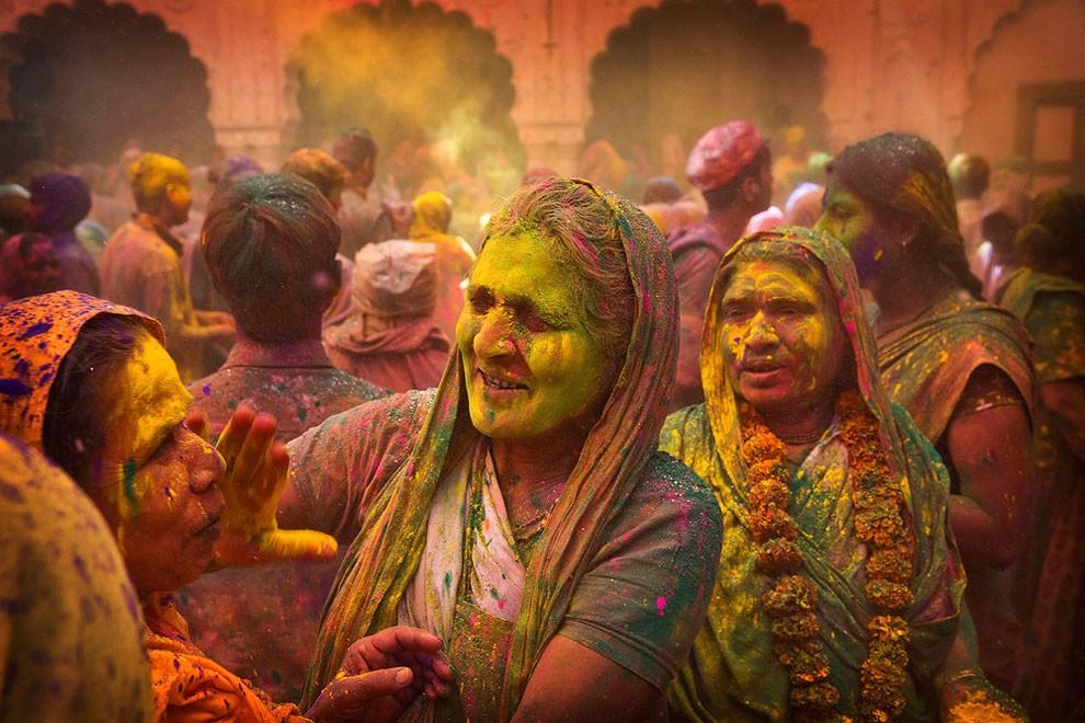 donne-vedove-india-holi-festival-colori-fotografia-09