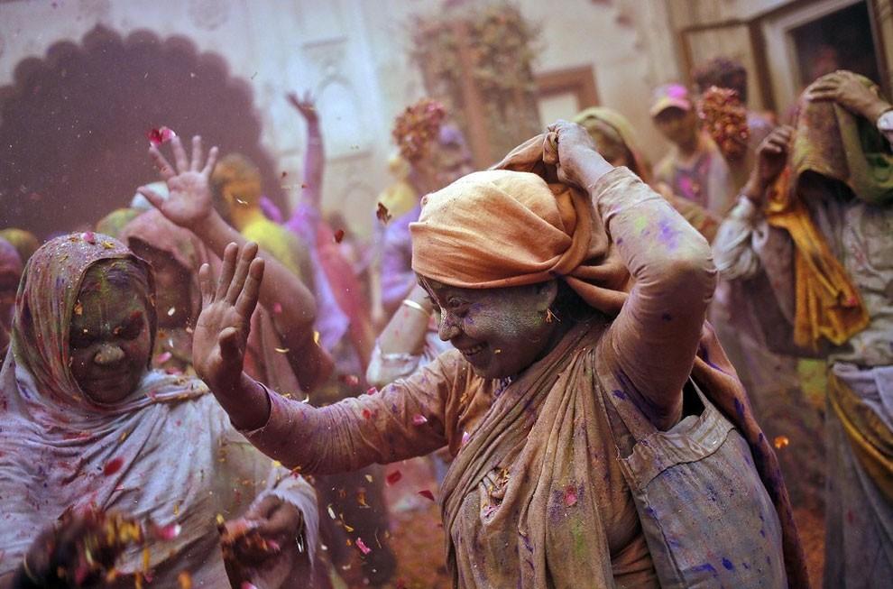donne-vedove-india-holi-festival-colori-fotografia-11