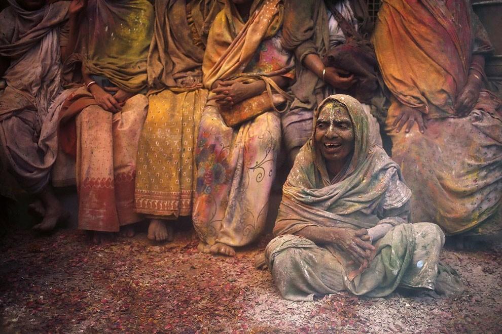 donne-vedove-india-holi-festival-colori-fotografia-12
