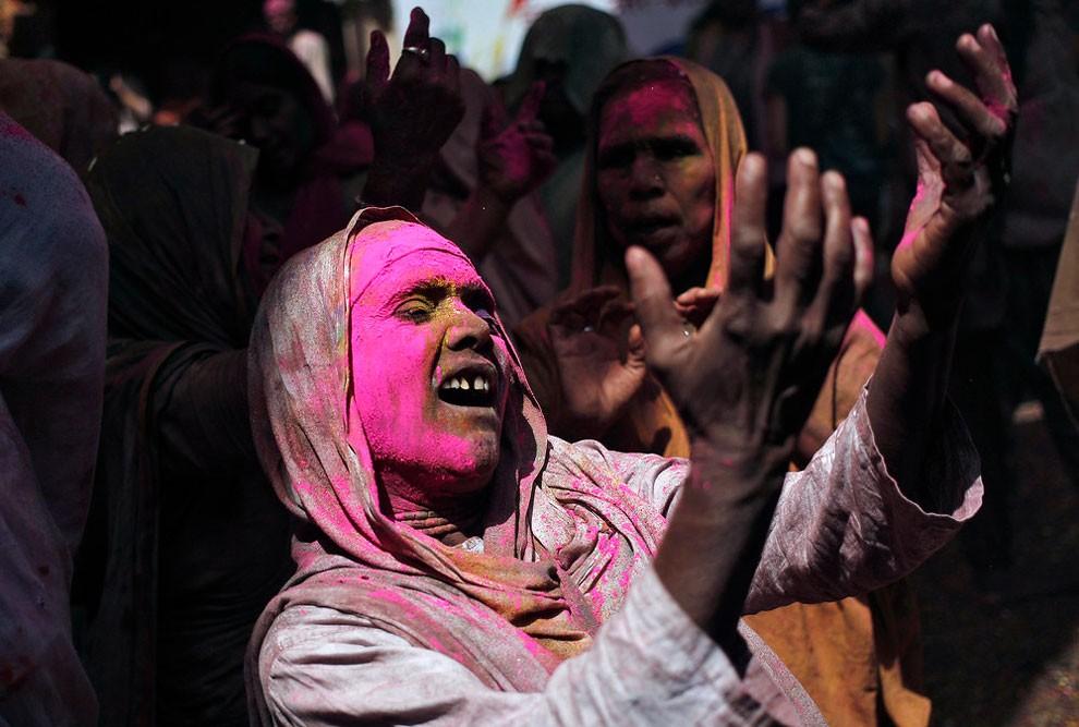 donne-vedove-india-holi-festival-colori-fotografia-13