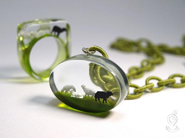 Eccezionale Mondi in miniatura all'interno dei gioielli di Isabell Kiefhaber  DH42