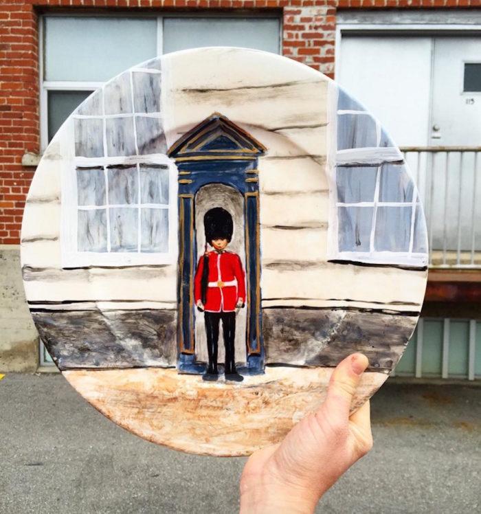 piatti-dipinti-scene-luoghi-reali-illusione-ottica-jacqueline-poirier-09