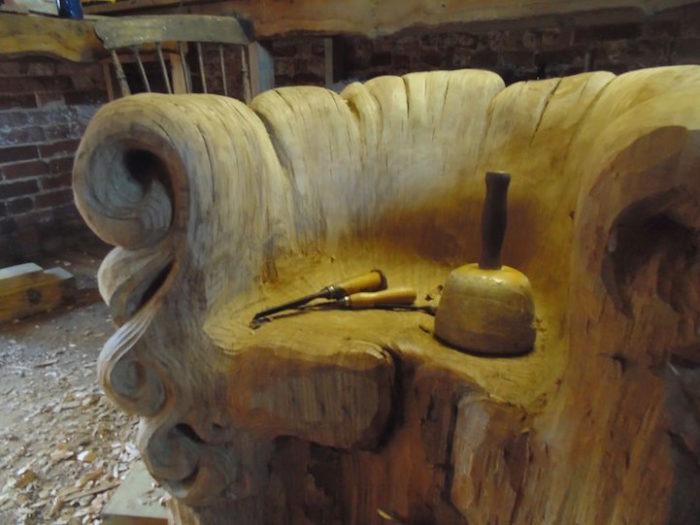 sedia-legno-scolpita-tronco-quercia-alex-johnson-08