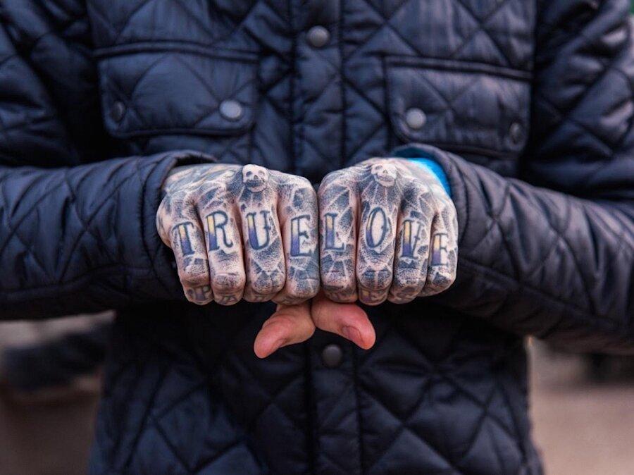 tatuaggi-dita-nocche-mani-knuckles-edward-bishop-06