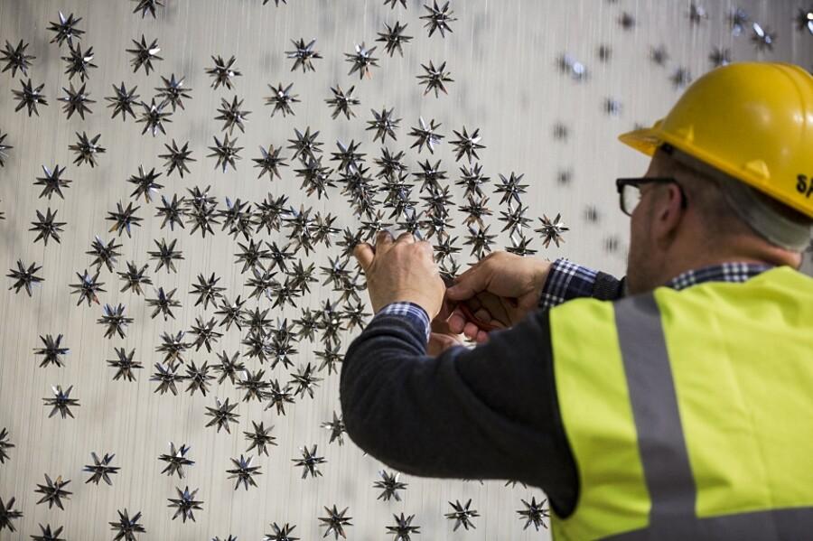 installazione-omaggio-shakespeare-stelle-acciaio-sospese-steven-follen-02