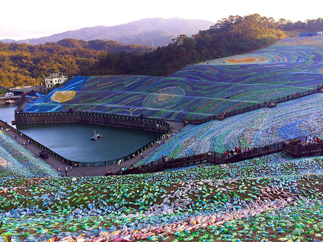 mosaico-gigante-bottiglie-riciclate-quadro-van-gogh-taiwan-wang-cheng-wei-01