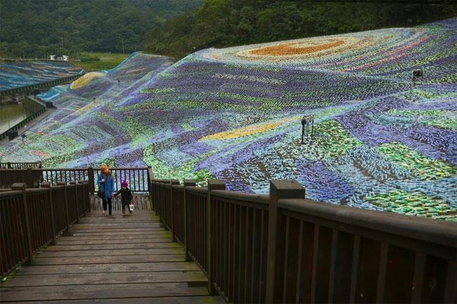 mosaico-gigante-bottiglie-riciclate-quadro-van-gogh-taiwan-wang-cheng-wei-03