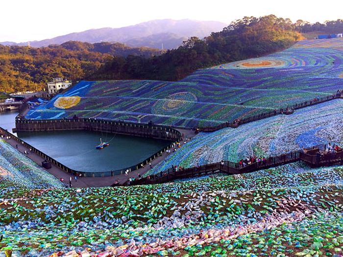 Un gigantesco mosaico fatto da bottiglie di plastica for Dipinto di van gogh notte stellata