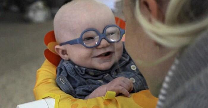 occhiali-neonato-vede-mamma-per-la-prima-volta-sorride-leopold-4