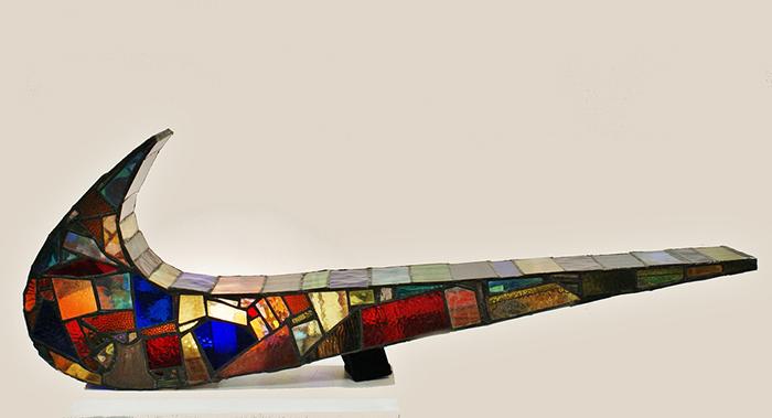 sculture-vetro-colorato-oggetti-comuni-contro-consumismo-laura-keeble-2