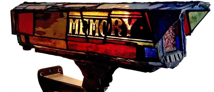 sculture-vetro-colorato-oggetti-comuni-contro-consumismo-laura-keeble-4