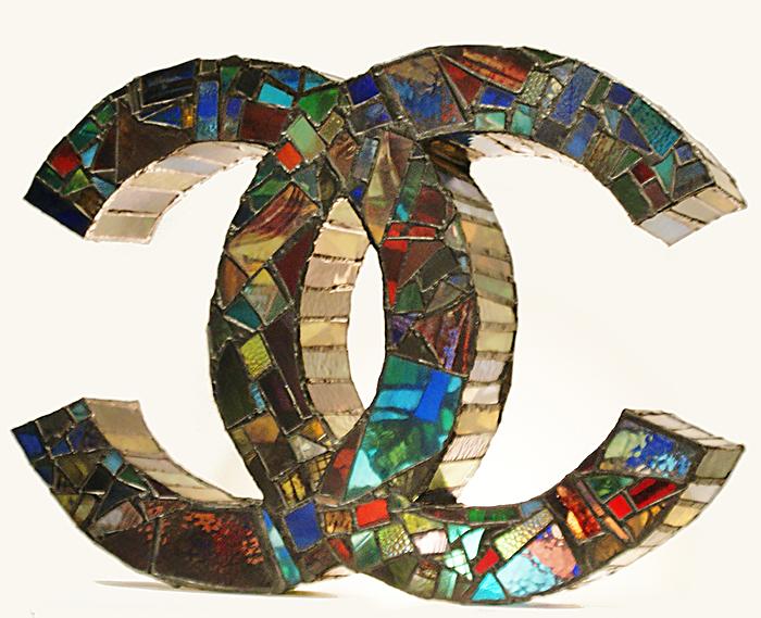 sculture-vetro-colorato-oggetti-comuni-contro-consumismo-laura-keeble-6