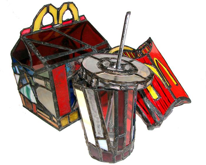 sculture-vetro-colorato-oggetti-comuni-contro-consumismo-laura-keeble-7