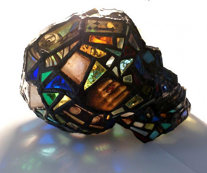 sculture-vetro-colorato-oggetti-comuni-contro-consumismo-laura-keeble-8