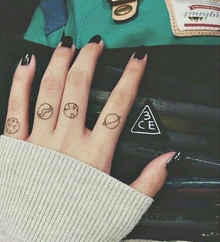 tatuaggi-discreti-piccoli-minimalisti-dita-mani-03