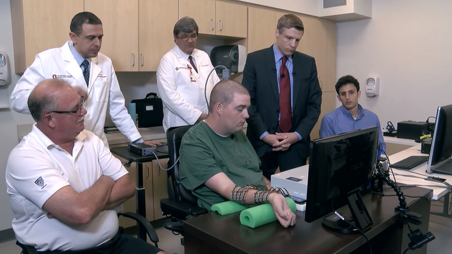 uomo-paralizzato-muove-mano-scoperta-scientifica-chip-cerebrale-elettroimpulsi-1