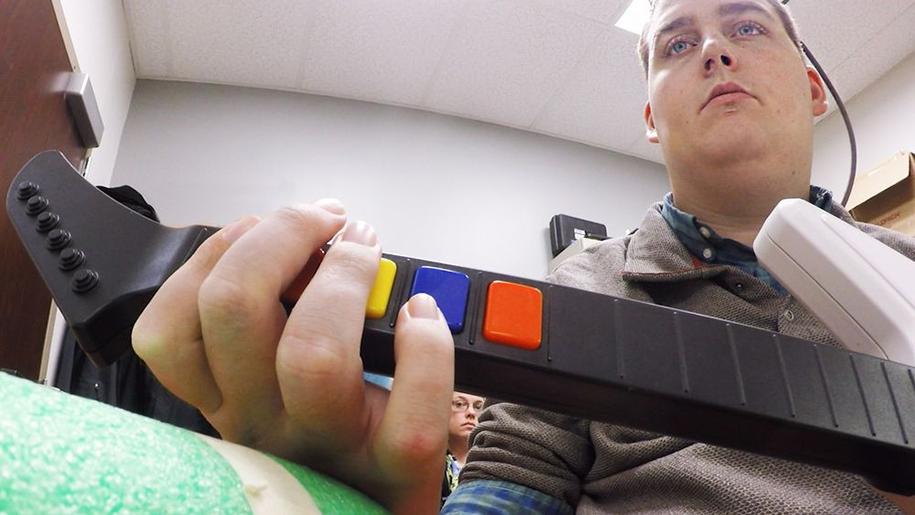 uomo-paralizzato-muove-mano-scoperta-scientifica-chip-cerebrale-elettroimpulsi-3