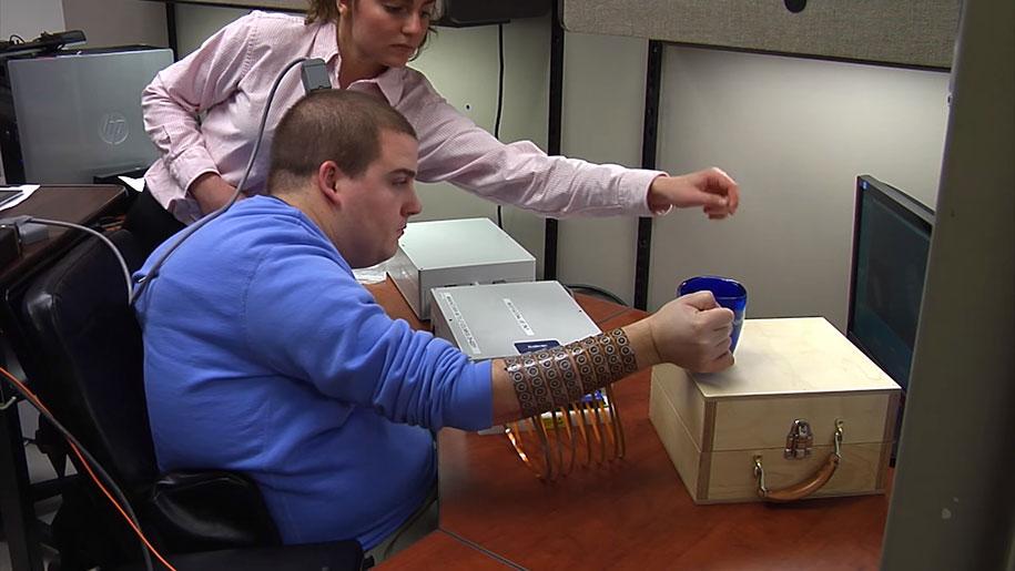 uomo-paralizzato-muove-mano-scoperta-scientifica-chip-cerebrale-elettroimpulsi-5