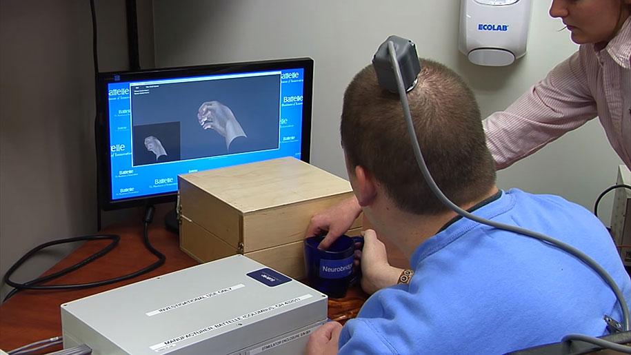uomo-paralizzato-muove-mano-scoperta-scientifica-chip-cerebrale-elettroimpulsi-7