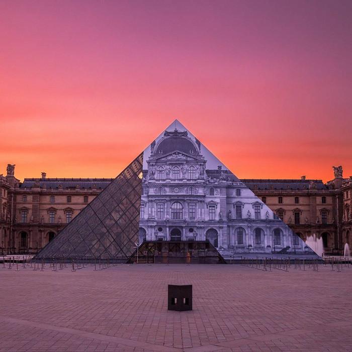 JR-installazione-piramide-louvre-ricoperta-parigi-2