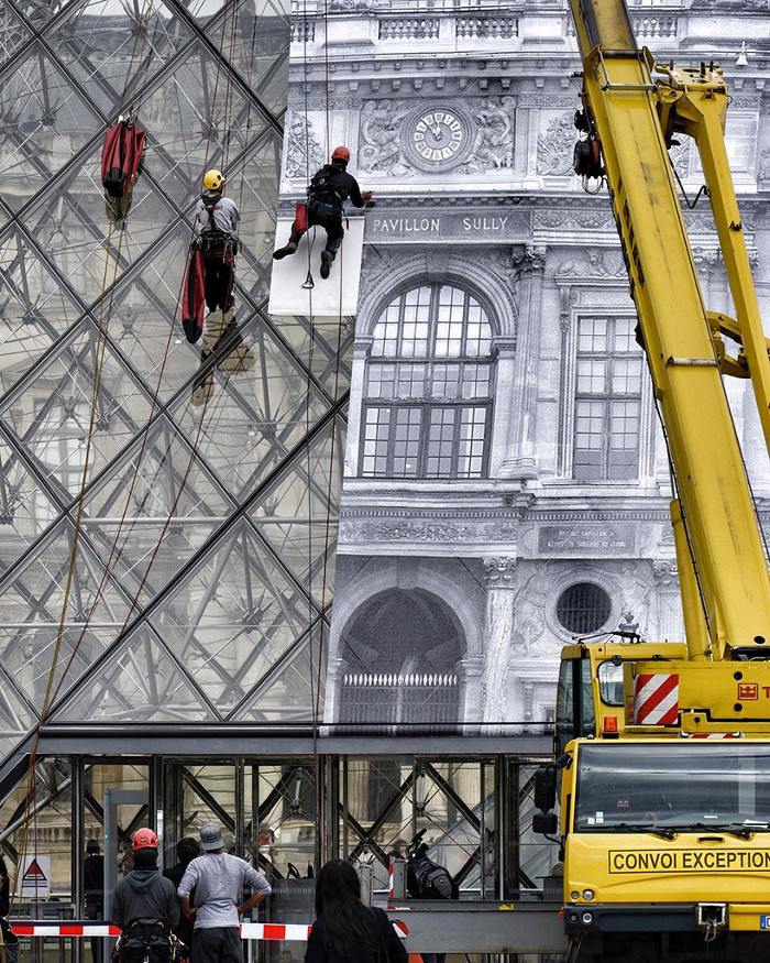JR-installazione-piramide-louvre-ricoperta-parigi-4