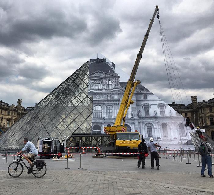 JR-installazione-piramide-louvre-ricoperta-parigi-6