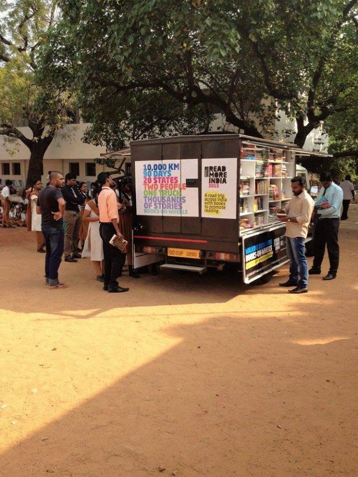 camion-diventa-libreria-mobile-india-letture-gratis-1
