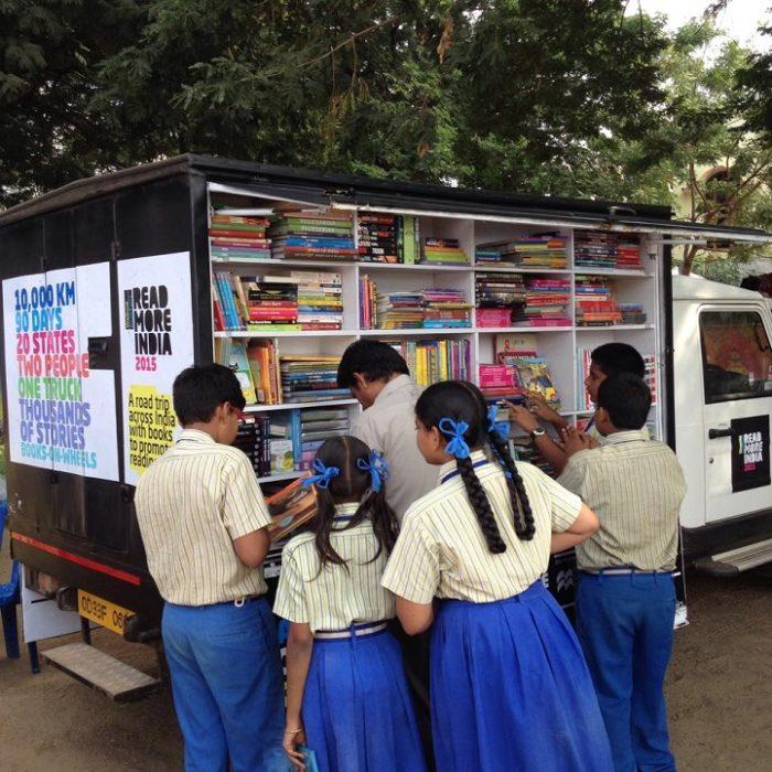 camion-diventa-libreria-mobile-india-letture-gratis-5