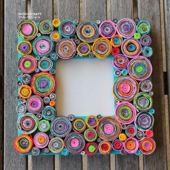 Cornice fai da te con carta riciclata arrotolata colorata