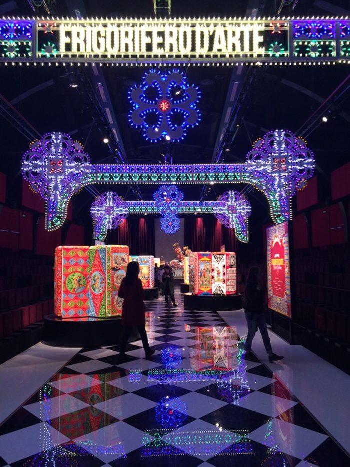 Dolce gabbana trasforma il frigorifero smeg fab28 in un for Milano design award 2016