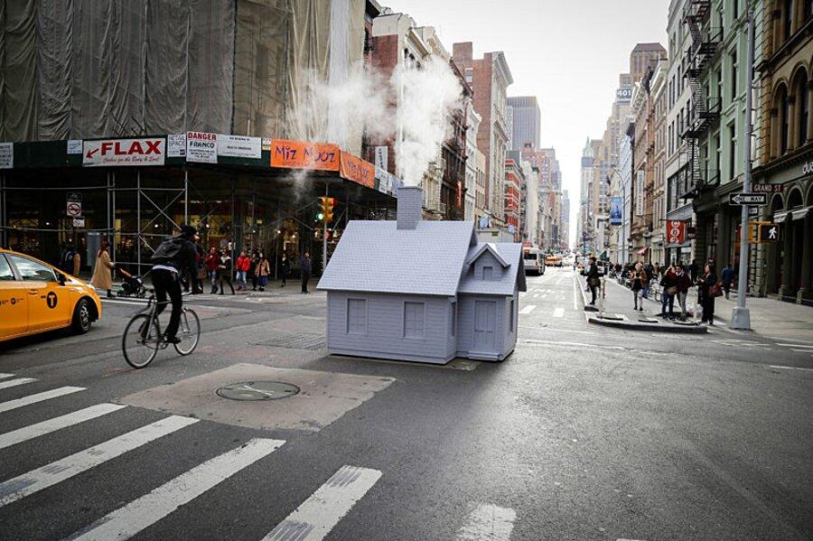 installazione-arte-casetta-strade-tombini-new-york-mark-reigelman-1
