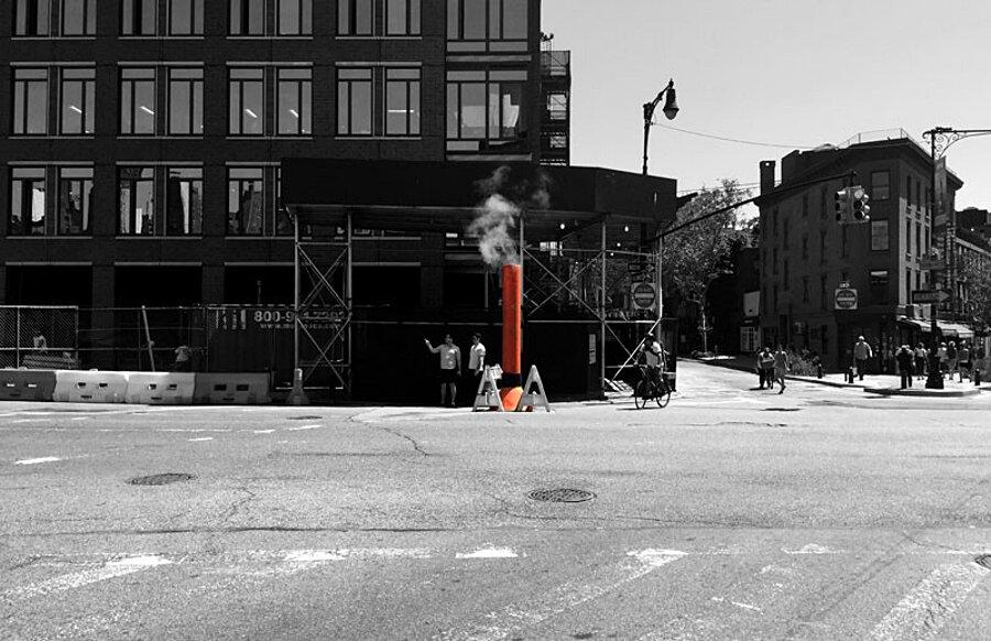 installazione-arte-casetta-strade-tombini-new-york-mark-reigelman-2