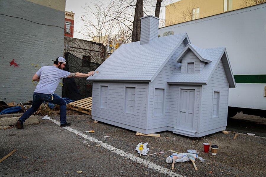 installazione-arte-casetta-strade-tombini-new-york-mark-reigelman-4