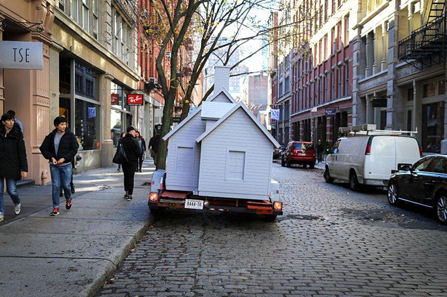 installazione-arte-casetta-strade-tombini-new-york-mark-reigelman-5