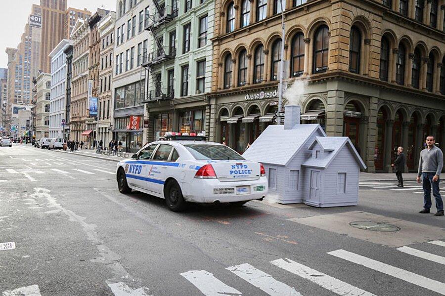 installazione-arte-casetta-strade-tombini-new-york-mark-reigelman-8