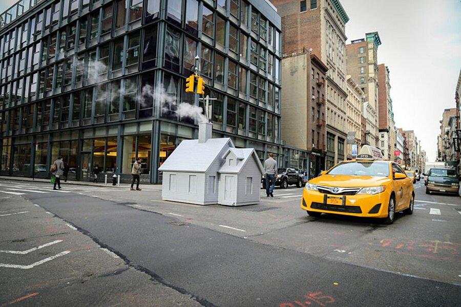 installazione-arte-casetta-strade-tombini-new-york-mark-reigelman-9