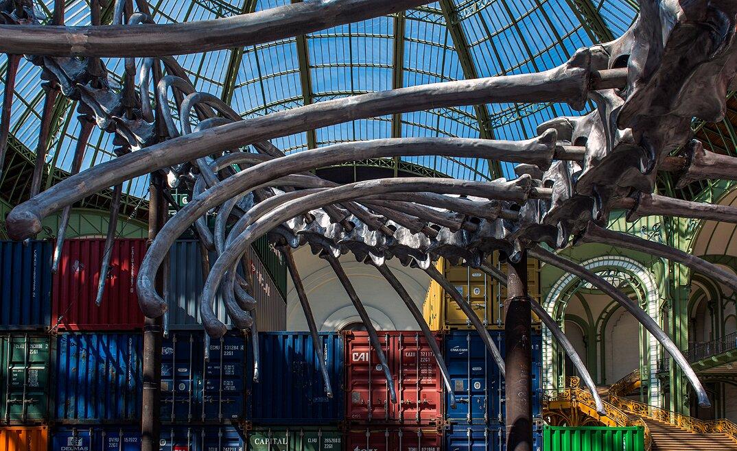 installazione-scheletro-serpente-empires-huang-yong-ping-monumenta-parigi-02