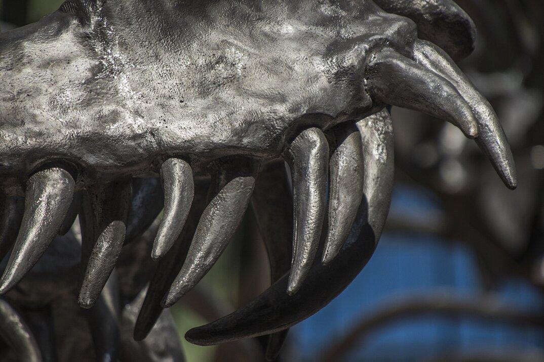installazione-scheletro-serpente-empires-huang-yong-ping-monumenta-parigi-04