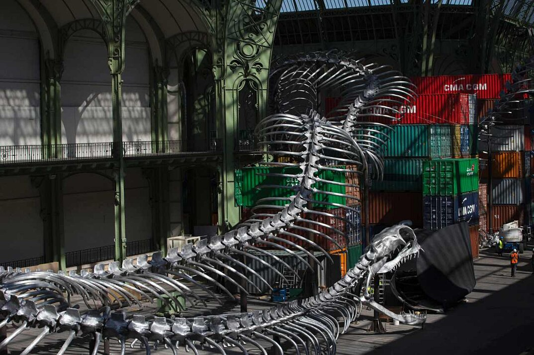 installazione-scheletro-serpente-empires-huang-yong-ping-monumenta-parigi-13