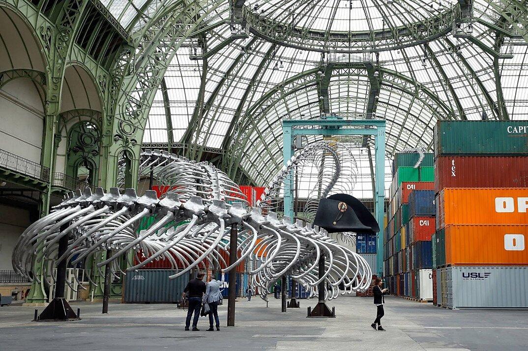 installazione-scheletro-serpente-empires-huang-yong-ping-monumenta-parigi-14
