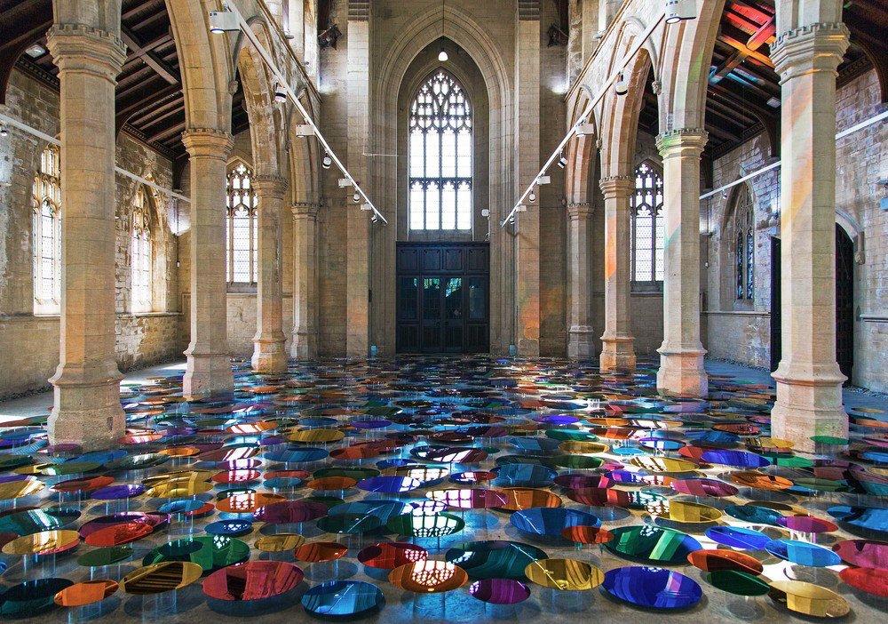 installazione-vetri-circolari-riflettenti-colorati-st-john-church-regno-unito-liz-west-1