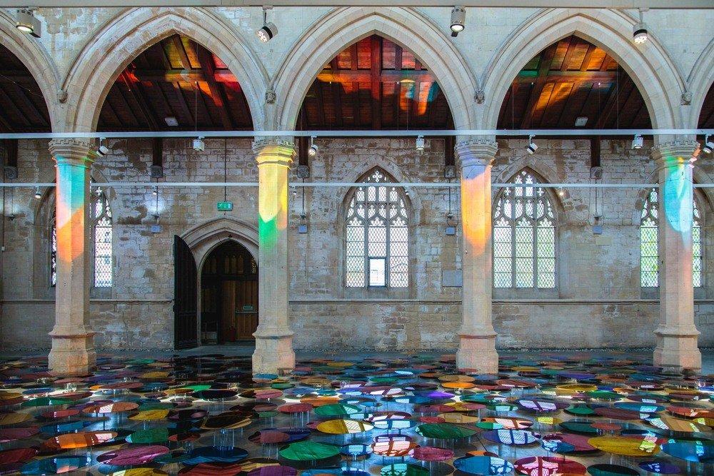 installazione-vetri-circolari-riflettenti-colorati-st-john-church-regno-unito-liz-west-2