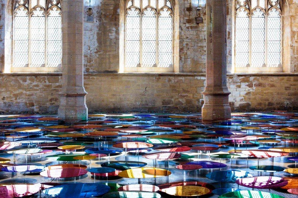 installazione-vetri-circolari-riflettenti-colorati-st-john-church-regno-unito-liz-west-3