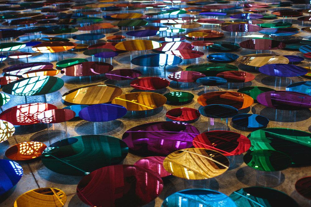 installazione-vetri-circolari-riflettenti-colorati-st-john-church-regno-unito-liz-west-4