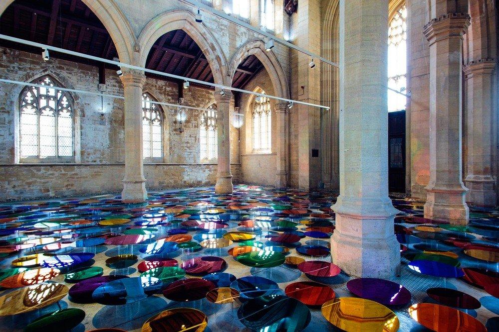 installazione-vetri-circolari-riflettenti-colorati-st-john-church-regno-unito-liz-west-5