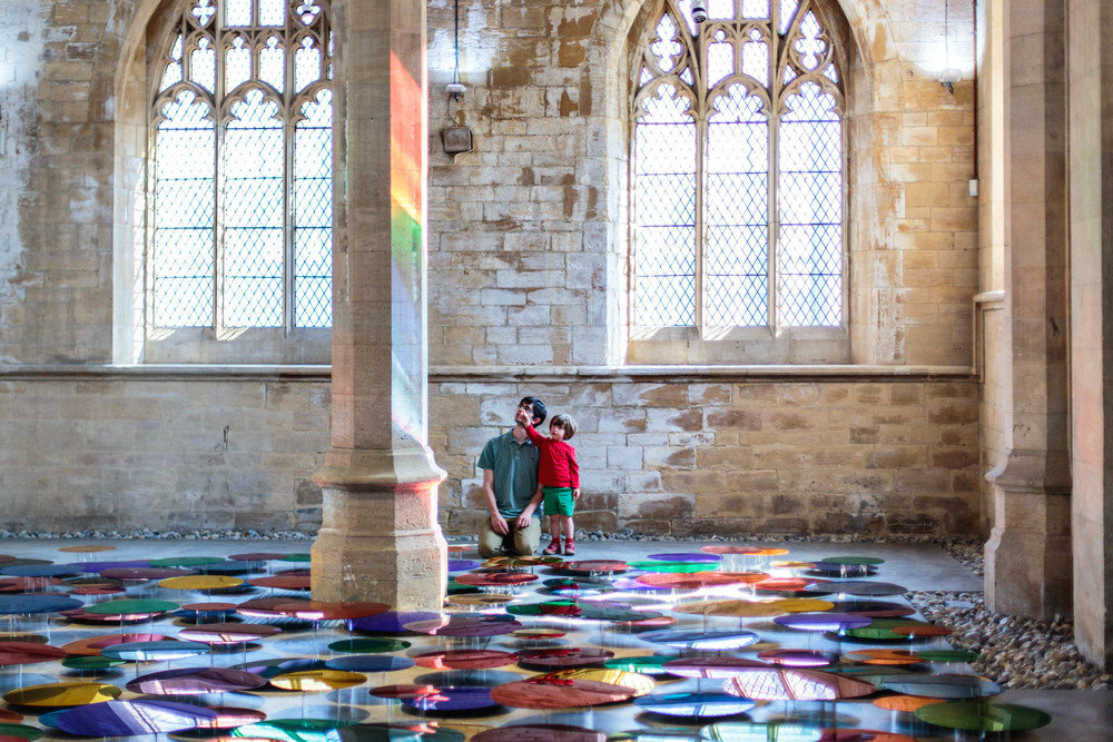 installazione-vetri-circolari-riflettenti-colorati-st-john-church-regno-unito-liz-west-6