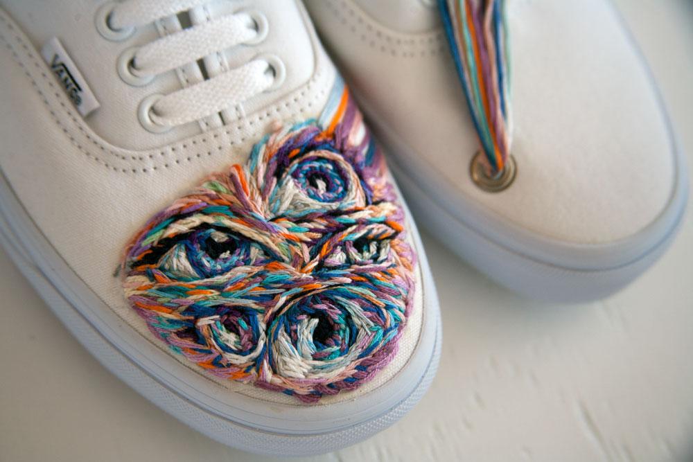 ricami-multicolore-fauna-racchette-scarpe-recinzioni-danielle-clough-03