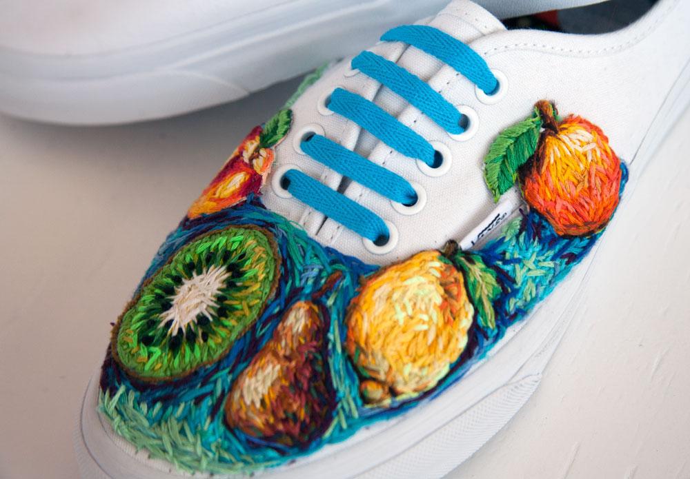 ricami-multicolore-fauna-racchette-scarpe-recinzioni-danielle-clough-04